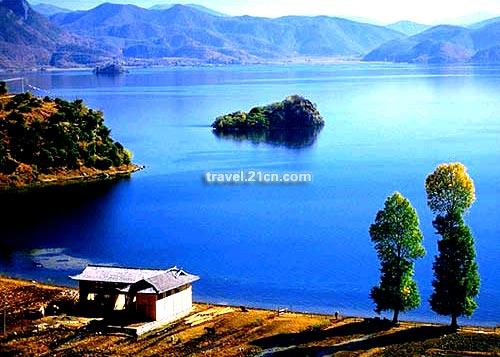 明净如镜,青松绿树,连峰映湖中,全然一副世外桃源的景象;炎热的夏天